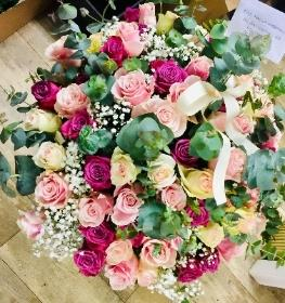 SOFT ANS SENUOUS MIXED COLOURED ROSES